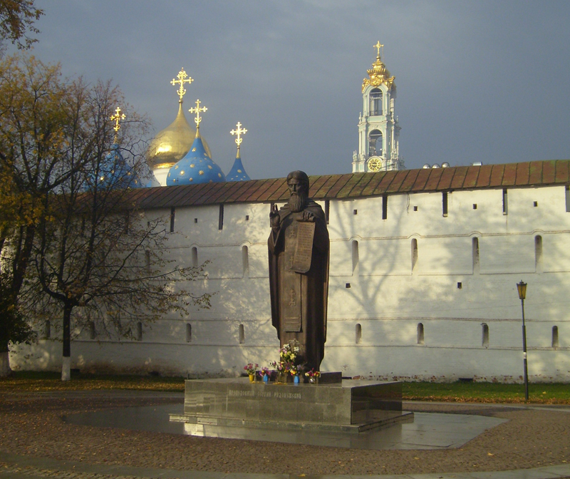Памятник Сергию Радонежскому у стен Лавры