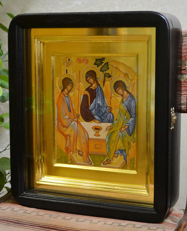 Икона в киоте с золотой рамой