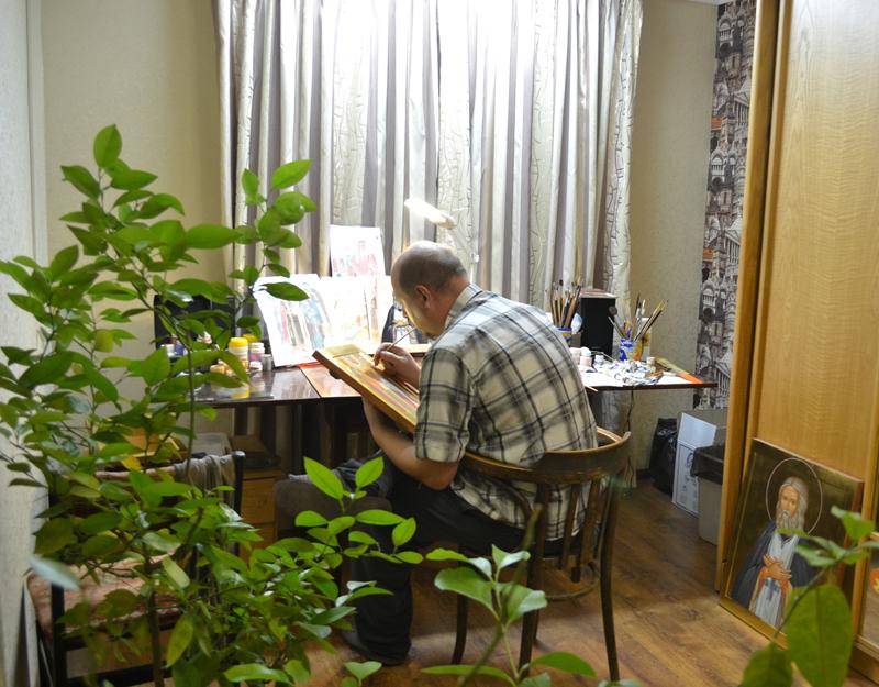 Иконописная мастерская в Москве. Иконописец за работой