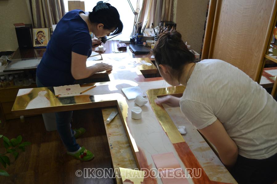 Золочение иконы в иконописной мастерской