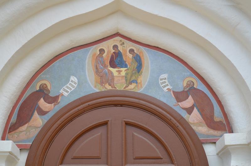 Фреска над входом Троицкого собора. Преподобные Сергий и Никон Радонежские возносят молитву Пресвятой Троице