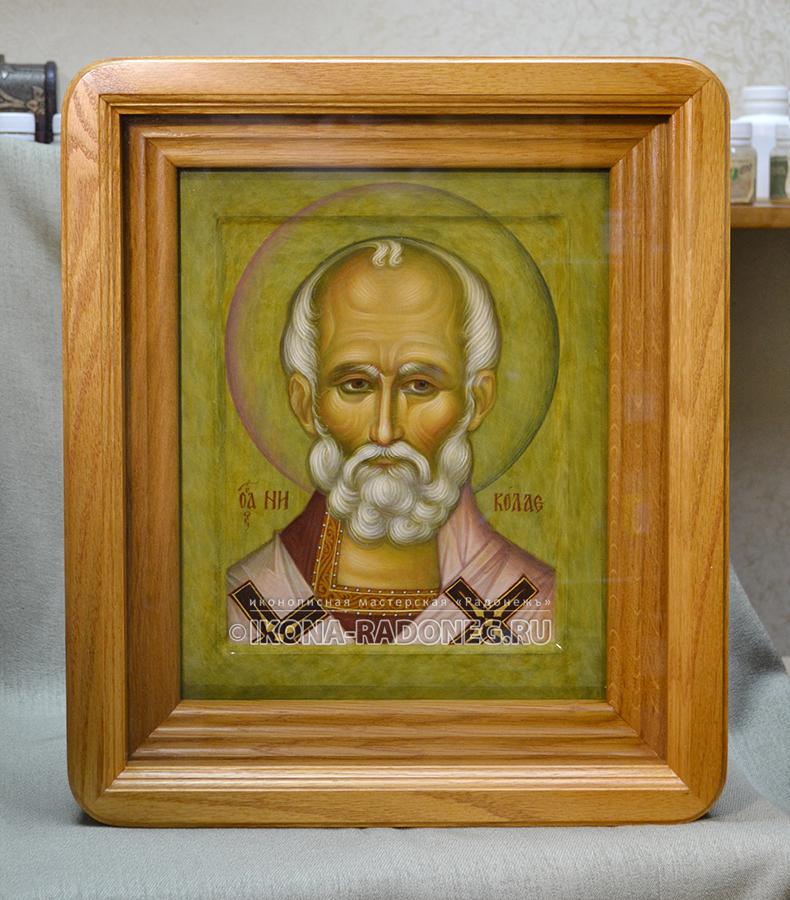 Икона святителя Николая Чудотворца в дубовом киоте